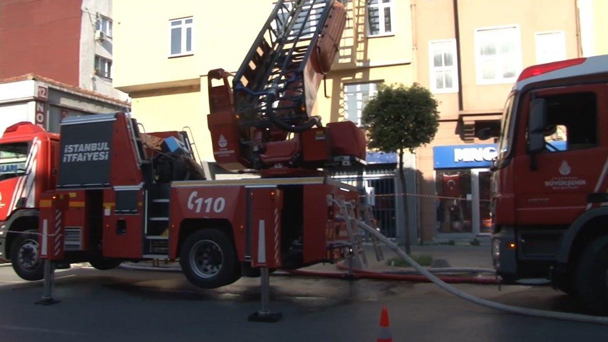 Beyoğlu'nda yangın, 3 katlı bina tahliye edildi