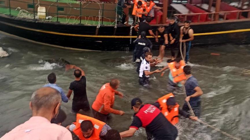Van Gölü'nde gezi teknesi karaya oturdu, yolcular halatlarla kurtarıldı