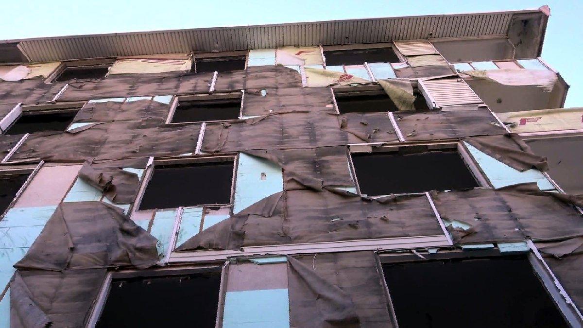 Kentsel dönüşüm nedeniyle boşaltılan binanın dış kaplamalarını çaldılar