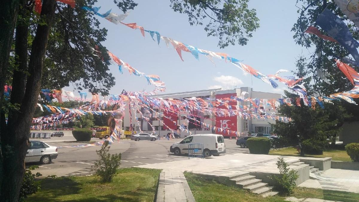 Üniversiteyi AKP bayraklarıyla donattılar