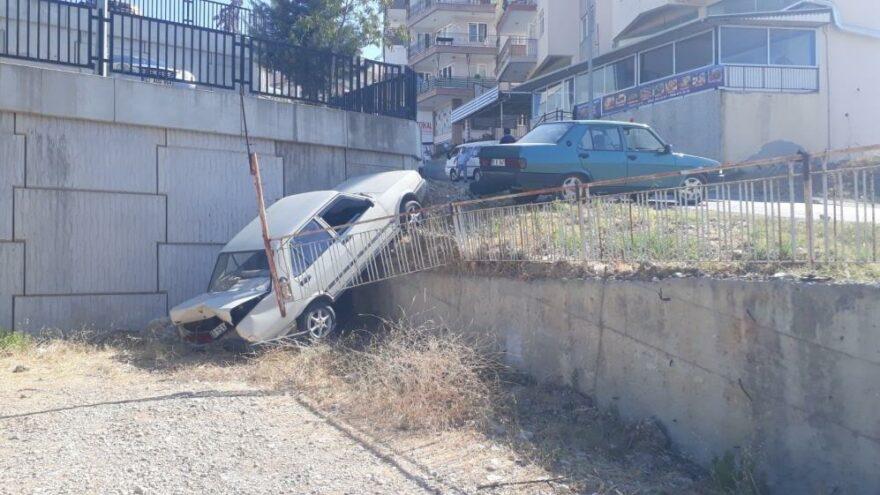 El freni çekilmeyen otomobil aşağı düştü