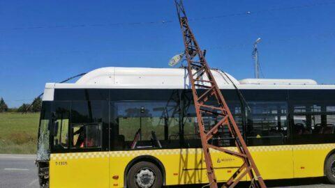 Otomobilin çarptığı elektrik direği İETT otobüsünün üstüne devrildi