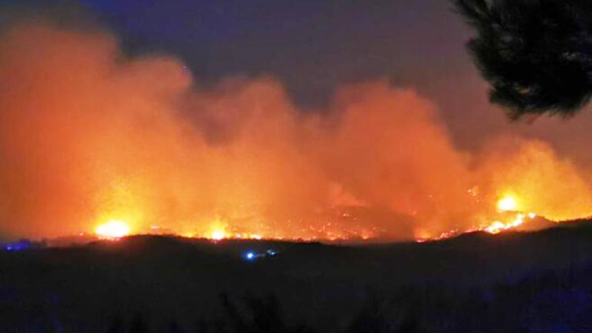 Samos'ta orman yangını söndürülemiyor