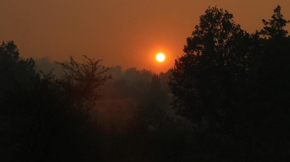 Yangının dumanı, güneşi kızıla bürüdü