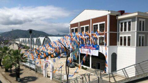 AKP bu kez de gümrük binasını parti bayrakları ile süsledi