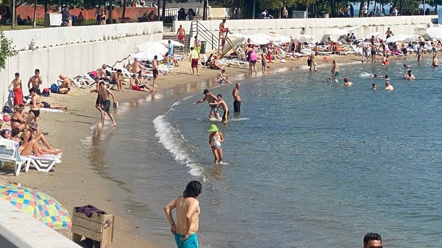 Caddebostan'daki halk plajında yoğunluk