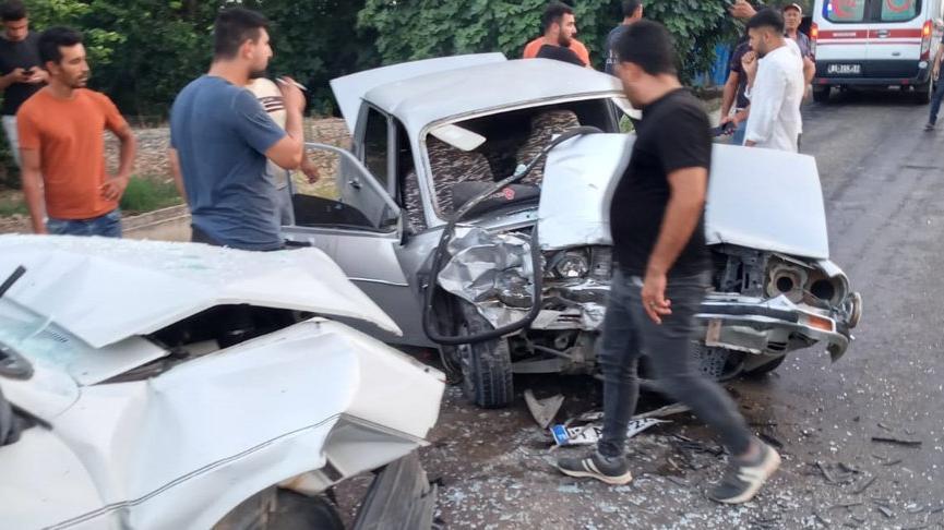 Adana'da feci kaza: İki otomobil kafa kafaya çarpıştı