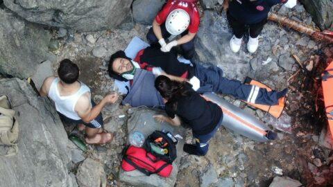 Şelaleden düşen genç 5 saat sonra helikopterle kurtarıldı