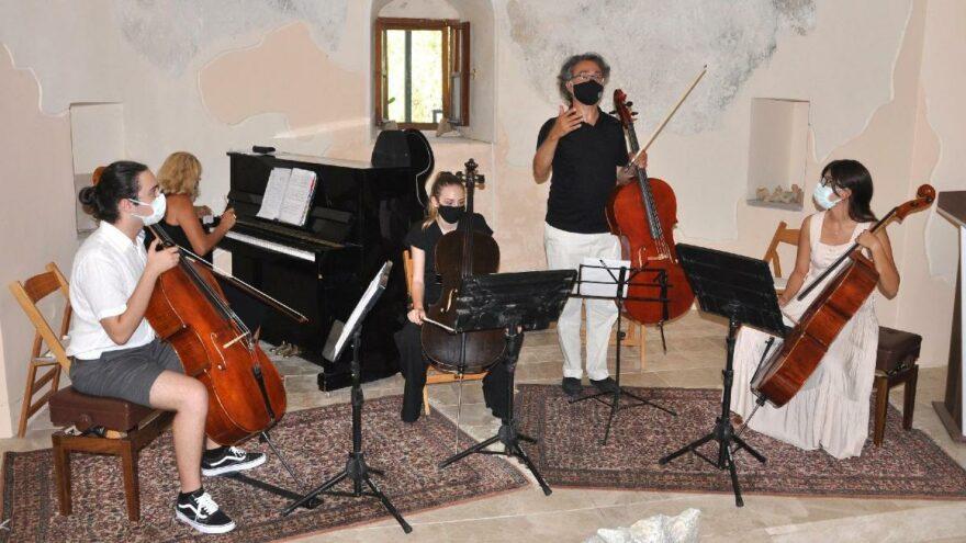 Tarihi kilisede çello konseri