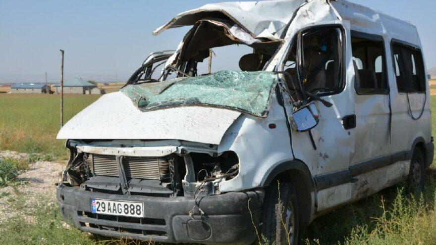 Minibüs, refüje çarpıp takla attı: 3 ölü, 14 yaralı