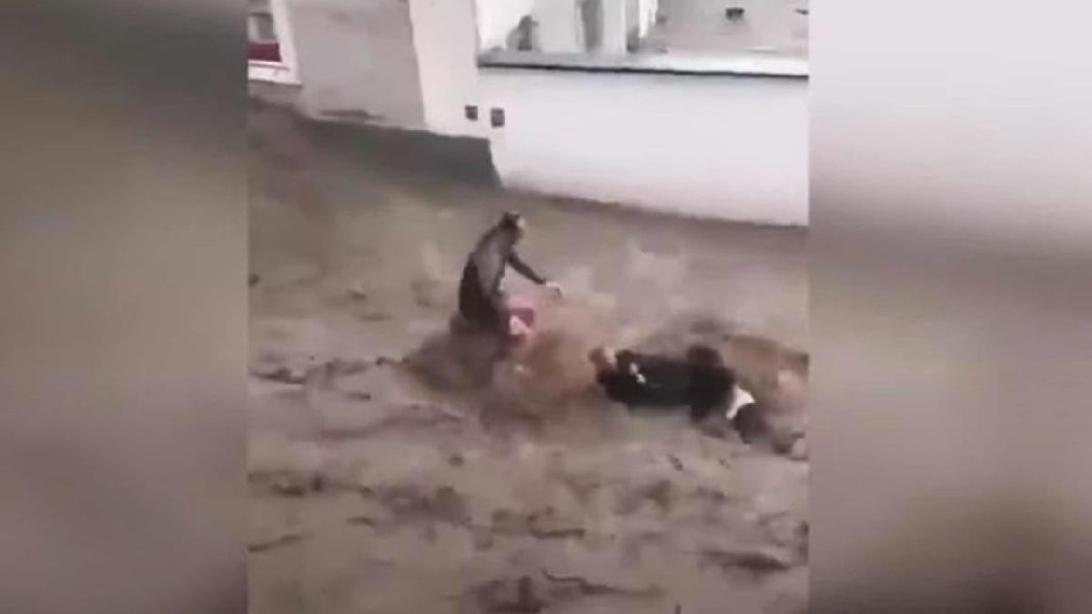 Türk çift sele böyle kapıldı