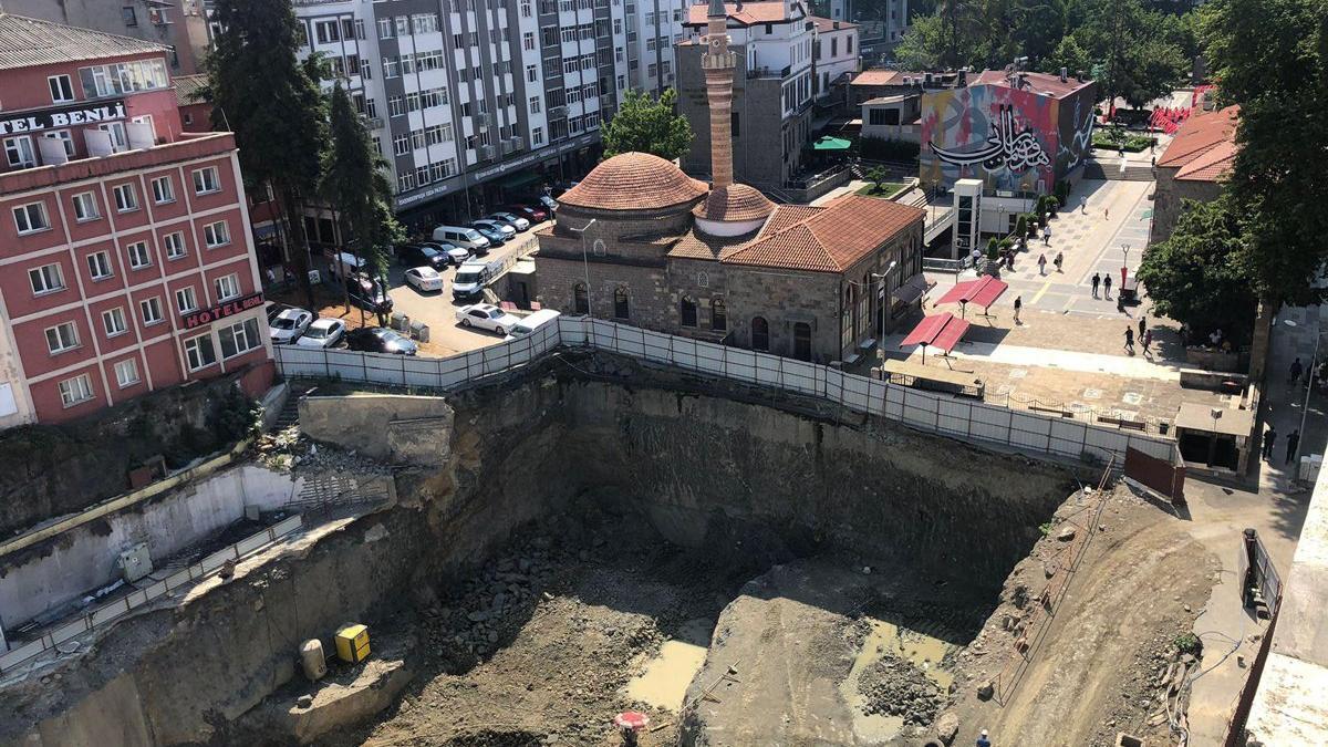 Tarihi binaların ortasına yapılan inşaatta 'patlayıcı kullanıldı' iddiası