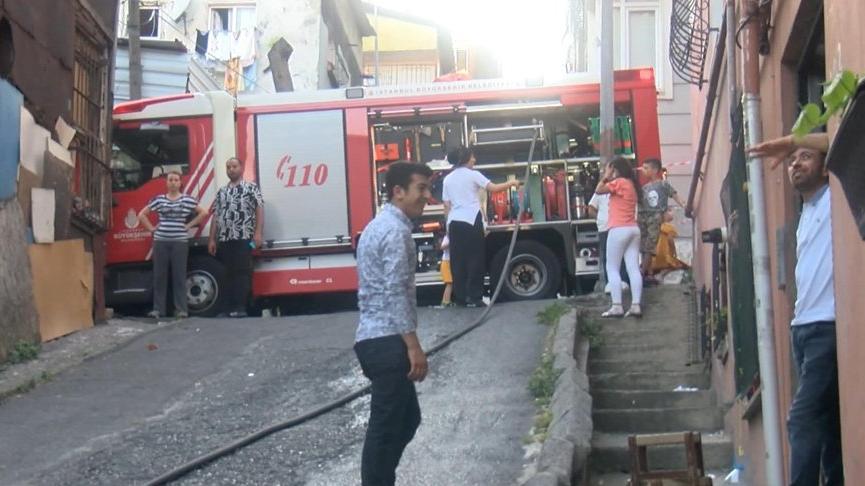 Beyoğlu'nda mangal yakmak isteyen ailenin evinde yangın çıktı