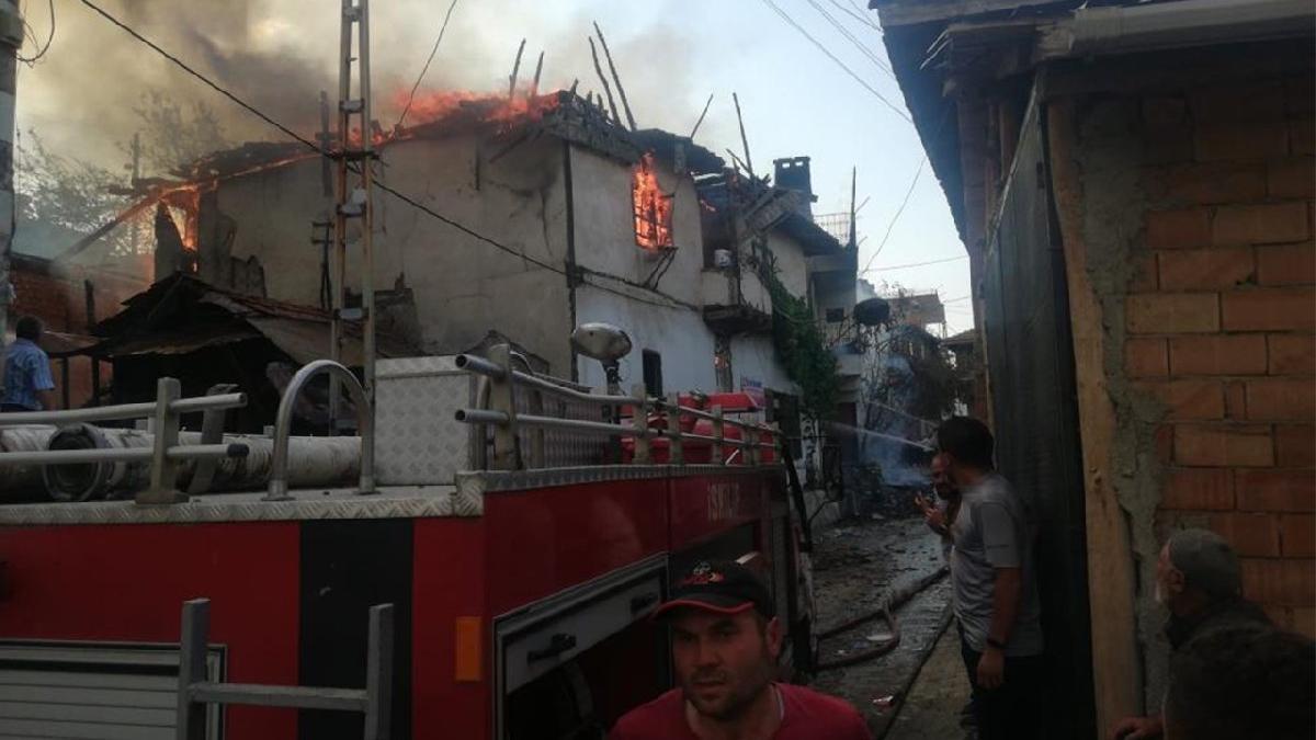 Feci yangın! 3 ev kül oldu