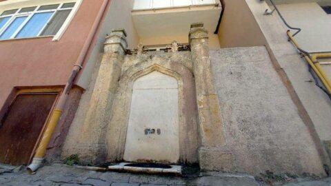 112 yılık çeşme apartmanların arasında kaldı