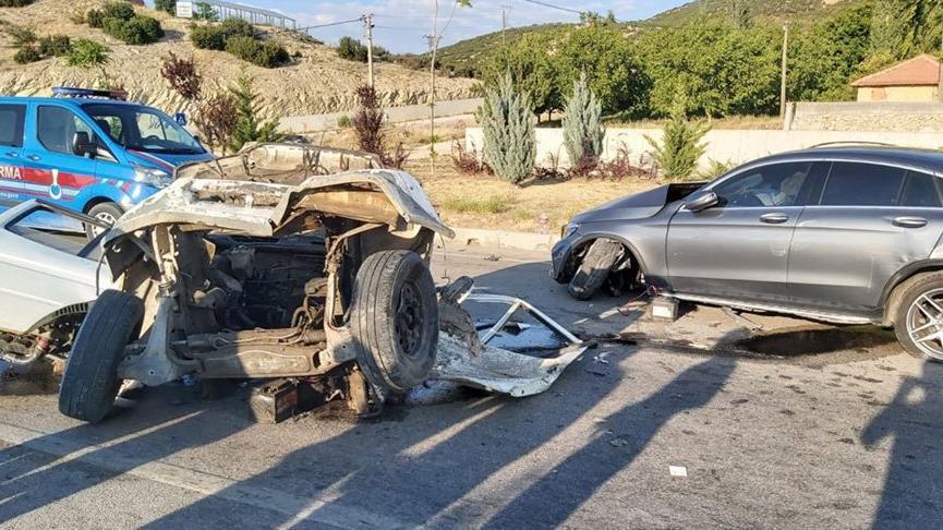 Feci kaza! Otomobille çarpışan minibüs ikiye bölündü