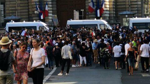 Paris'te aşı karşıtları sokaklara döküldü