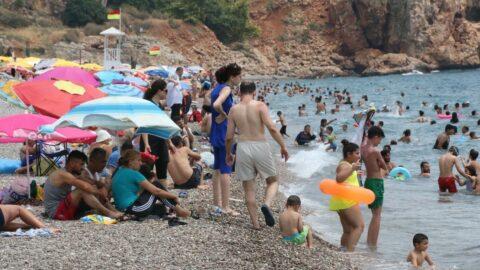 Dünyaca ünlü sahil doldu taştı, sosyal mesafe unutuldu