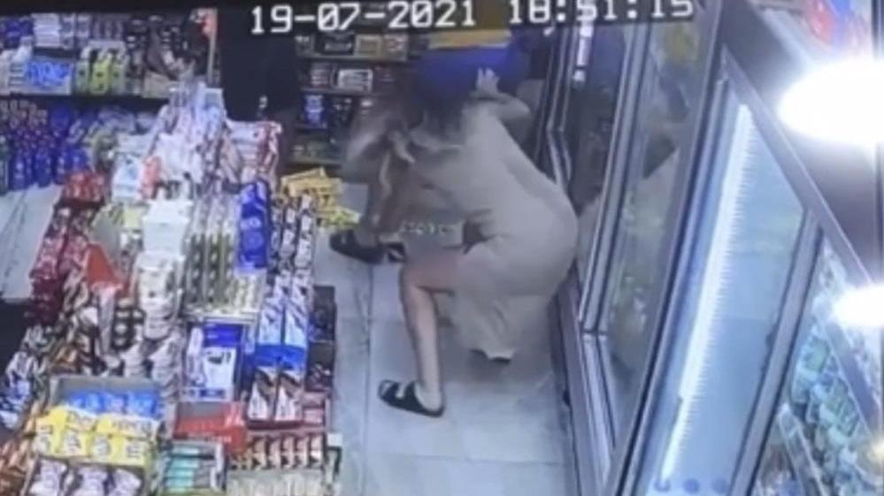 Taksim'de kadını taciz eden yabancı uyruklu şahsa dayak
