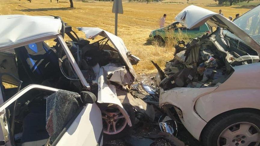 Feci kaza! İki araç kafa kafaya çarpıştı: 1 ölü, 6 yaralı