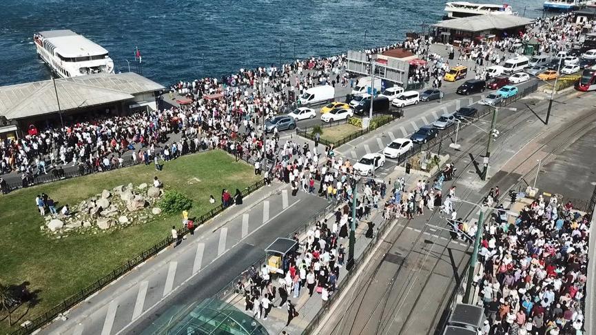Corona vakaları hızla artarken İstanbul'da korkutan kalabalık! Tıklım tıklım doldu