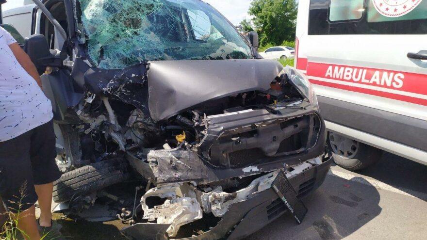 Emniyet şeridinde yolcu indiren minibüse arkadan çarptı