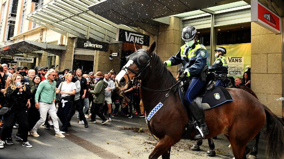 Avustralya'da karantina geri döndü... Halk sokaklara döküldü