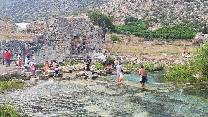 Tarihi antik kentte yüzmek için kilometrelerce yol geliyorlar
