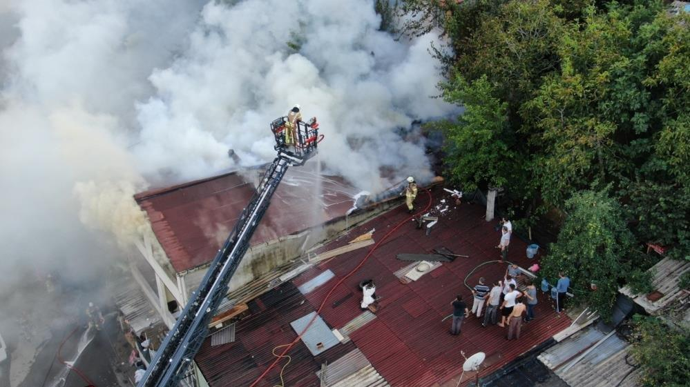 Üsküdar'da çatı katında yangın: Anne ve 2 çocuğu mahsur kaldı