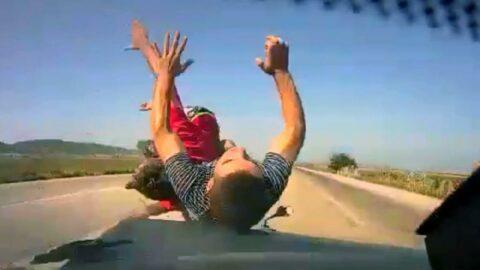 Otomobilin çarptığı motosiklettekiler metrelerce yükselip yola savruldu