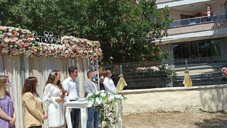 Belediye başkanı evinin balkonundan nikah kıydı