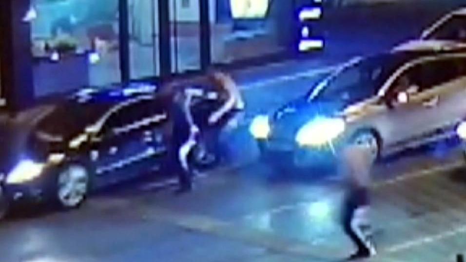 Alkollü sürücü, polisi aracın kaputunda sürükledi