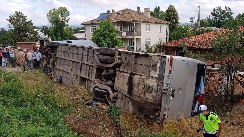 Kaza yapan yolcu otobüsü devrildi: 21 yaralı