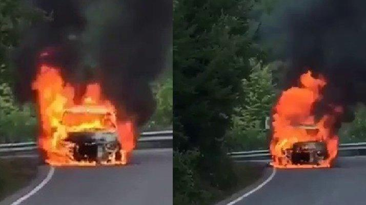 Yol ortasında yanan araç alev topuna döndü