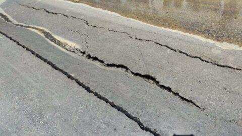 Kentin işlek caddesindeki yol çöktü