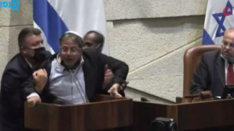 İsrail Parlamentosu'nda ilginç anlar! Milletvekili yaka paça kovuldu