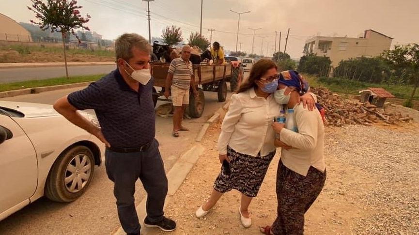 İYİ Partili vekil yangın bölgesinden seslendi: Yeterli helikopter yok, vatandaş zor durumda