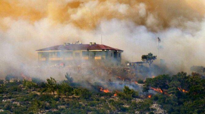 Mersin'de bir yangın daha! Mersin Antalya yolu ulaşıma kapatıldı