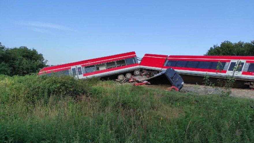 Polonya'da tren kazası: Kırmızı ışıkta geçen kamyona çarptı