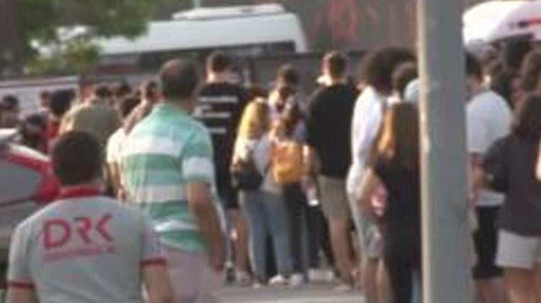 Konser kuyruğuna giren vatandaşlar coronayı önlemlerini hiçe saydı
