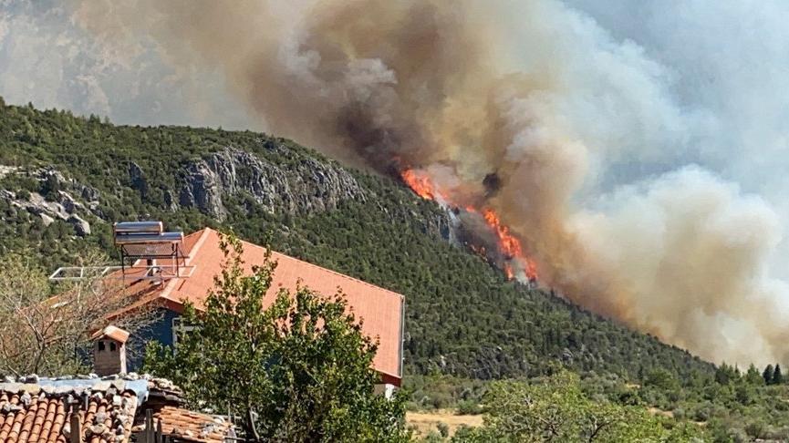 Akseki'de yangın yerleşim yerlerine yaklaştı