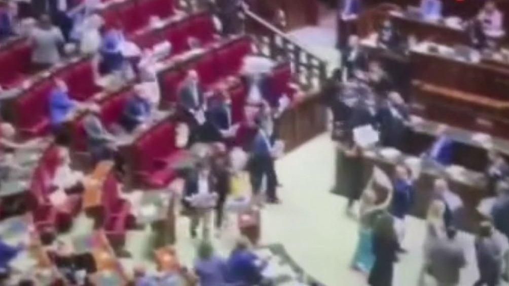 İtalya'da meclis karıştı... Vekiller güvenlikten kaçtı