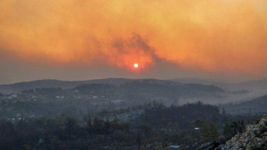 Manavgat'ta yangın bir mahallede büyüyor