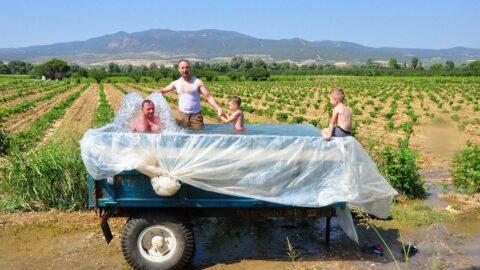 Traktörün römorkunu çocuklar için havuz çevirdi