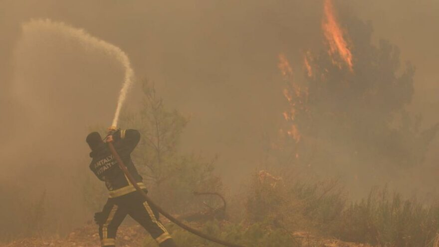 Manavgat'ta yangın söndürme çalışmaları sürüyor, 19 mahalle tamamen boşaltıldı