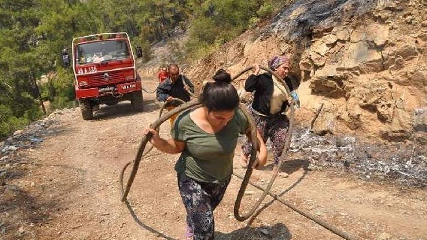 Orman işçilerine hortum taşıyan kadın: Zaman değişse de kadınlarımız hiç değişmedi