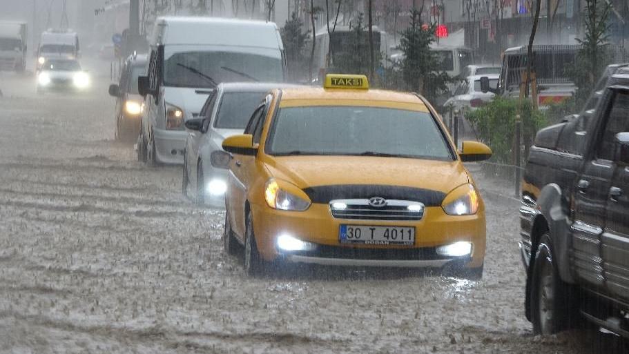 Sağanak yağış caddeleri göle çevirdi, araçlar suya gömüldü