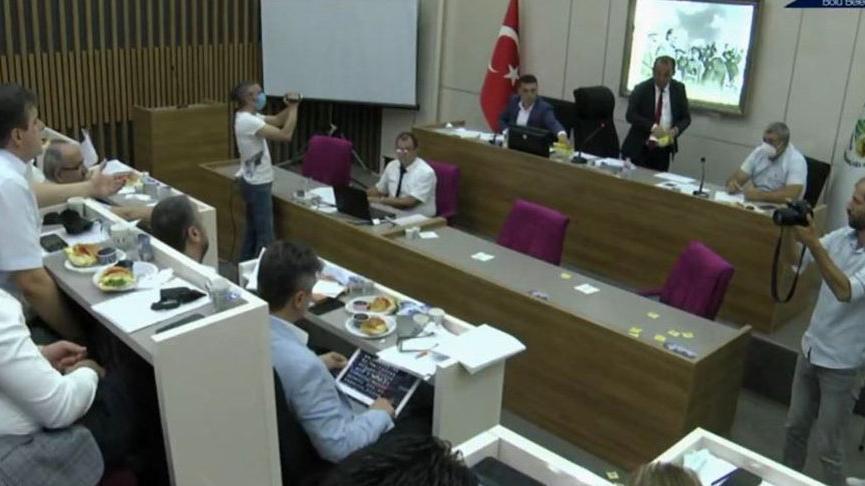 Tanju Özcan mecliste AKP sıralarına çay fırlattı