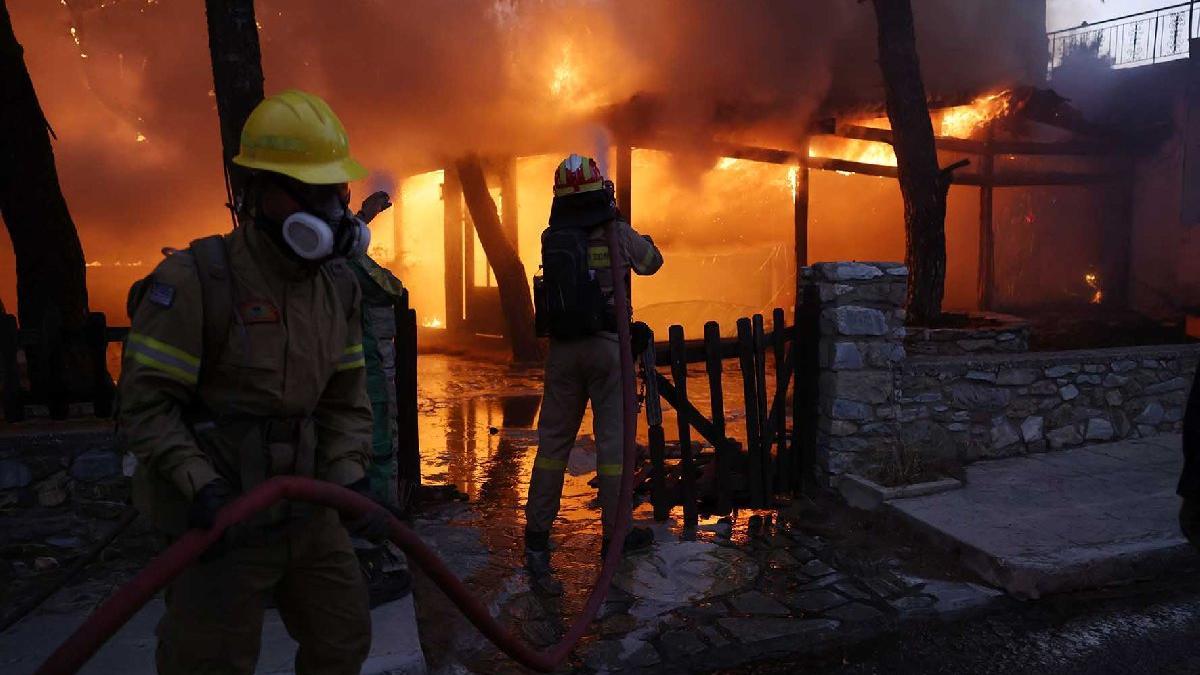 Atina yangınla boğuşuyor... 'Evden çıkmayın' uyarısı