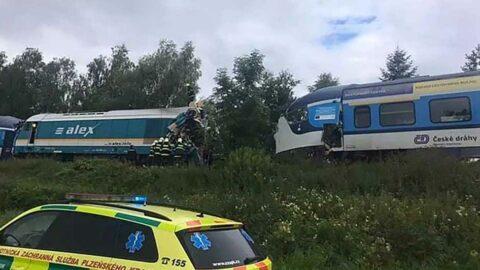 Çekya'da iki yolcu treni çarpıştı: Ölü ve yaralılar var